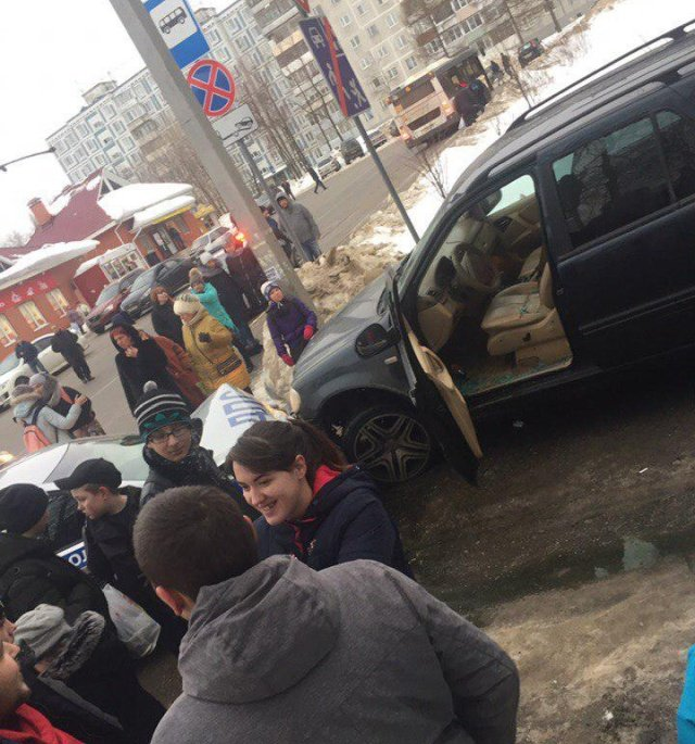 Неадекватный водитель протаранил 20 автомобилей, пытаясь уйти от полицейской погони в Подмосковье (8 фото)