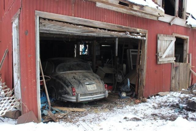 Раритетный Jaguar Mk II в старом заброшенном доме (14 фото)
