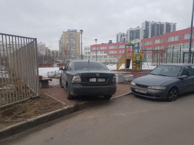 Проучили за парковку в неположенном месте (3 фото)
