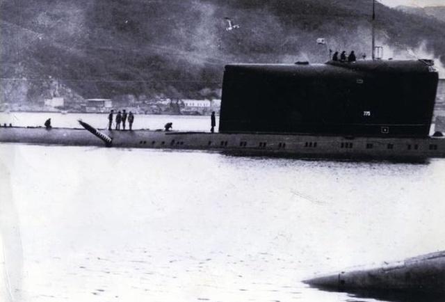 Торпеда, застрявшая в борту советской подводной лодки (3 фото)