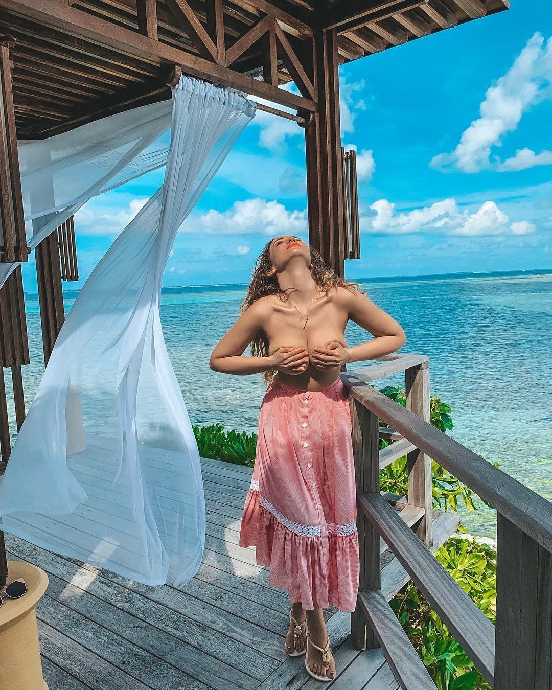 Анфиса Чехова опубликовала в сети пикантные фото с отдыха на Мальдивах (4 фото)