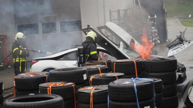 Как в Нидерландах тушат воспламенившиеся электромобили (4 фото)