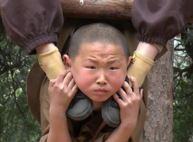 Суровые тренировки подрастающего поколения монахов Шаолиня (10 фото)