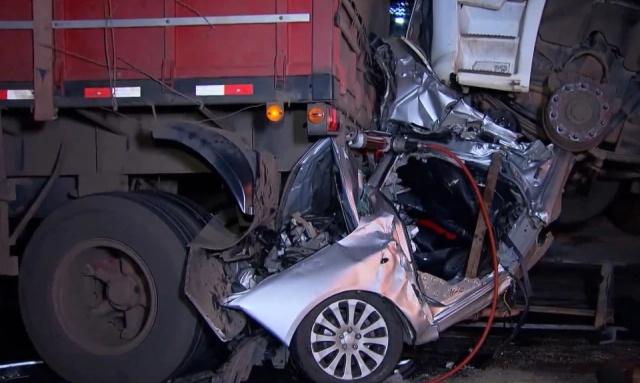 Невероятное везение: водитель выжил в сплющенном грузовиками автомобиле (8 фото)