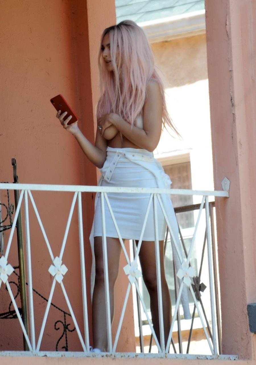 Секрет идеального топлес-селфи от Эмили Ратаковски (12 фото)