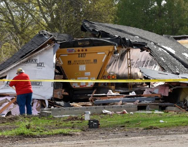 В Мичигане грузовик на скорости полностью снес дом (5 фото)