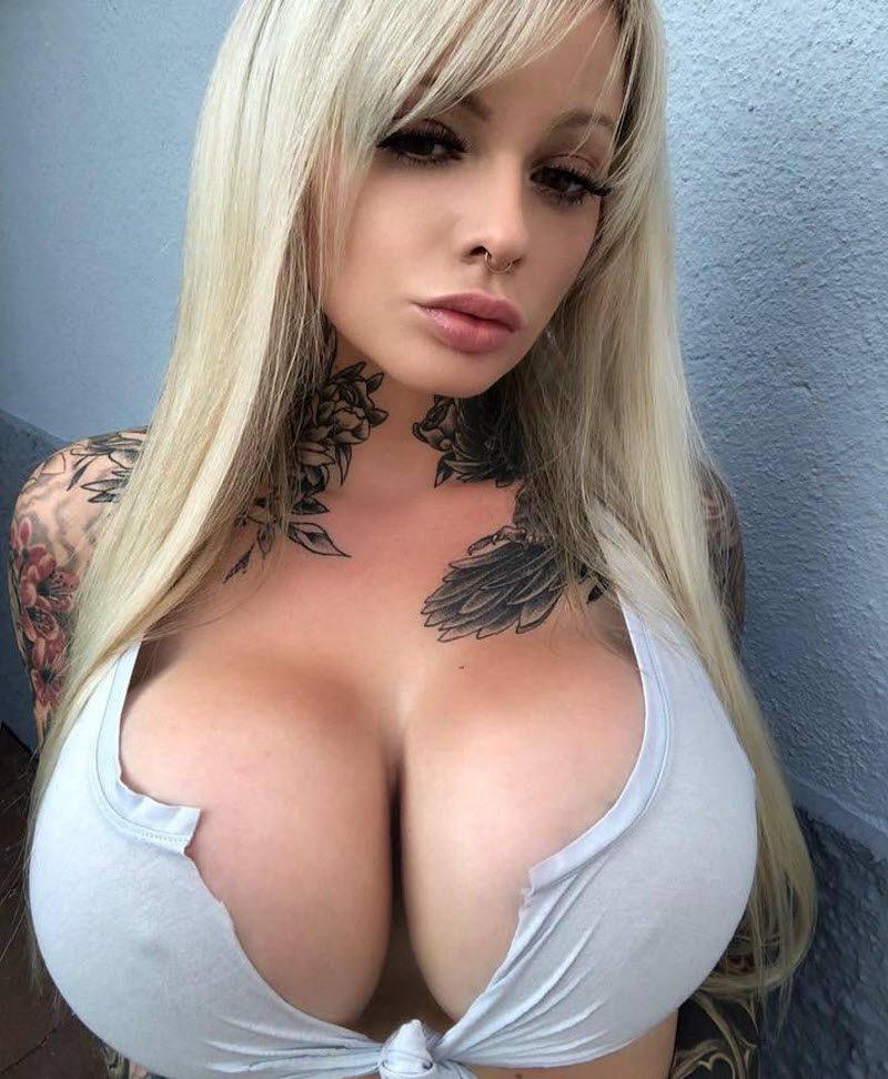 """Огромная силиконовая грудь и куча татух - кратко о новоиспеченной немецкой """"модели"""""""