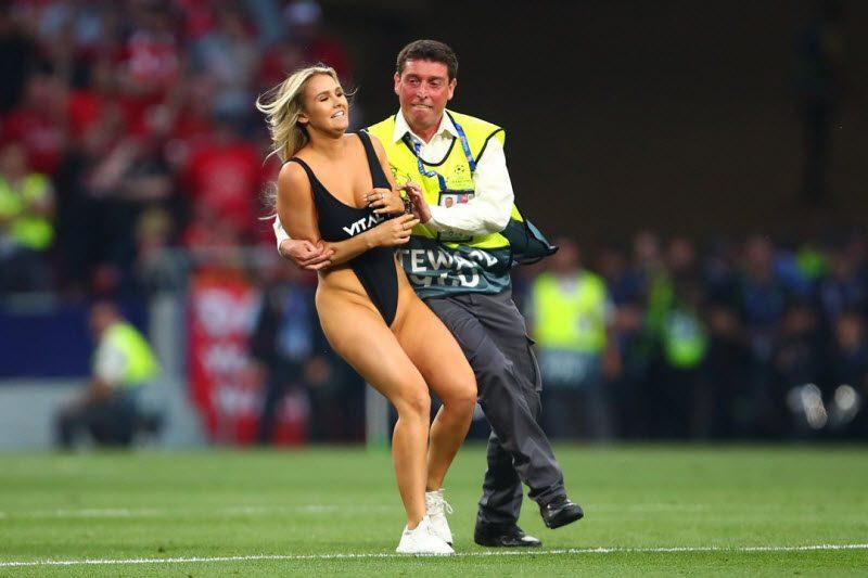 Подруга российского видеоблогера выбежала на поле во время финала Лиги чемпионов